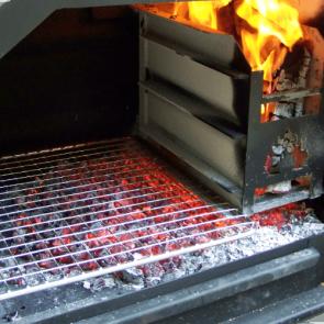 BRAAI Grill 800 freistehend mit Feuer