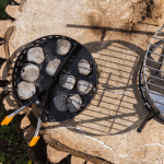 Der Kohlekorb gefüllt mit Briketts zum Grillen