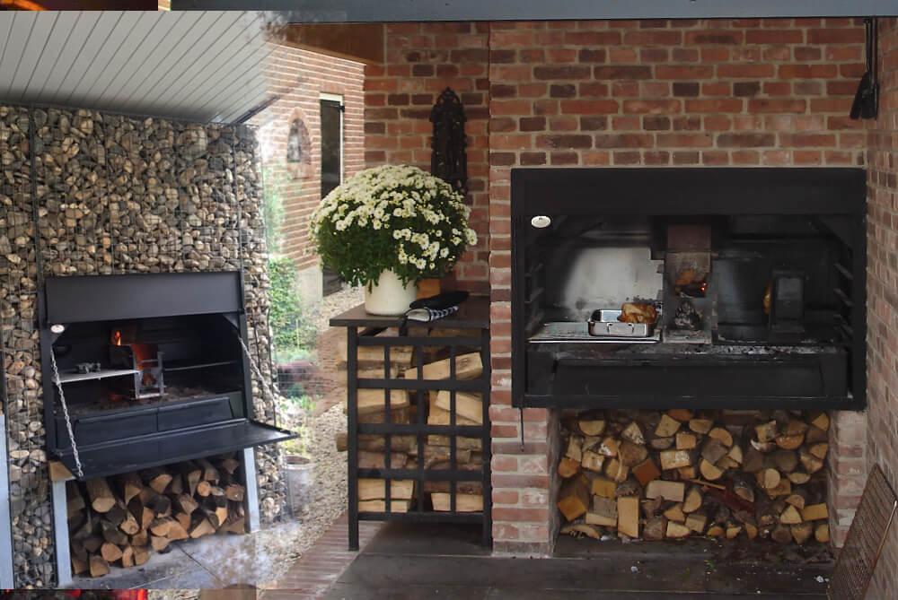 Beispiel BRAAI Einbaumodell Holzkohlegrill in Gartenhaus und Gabionenwand