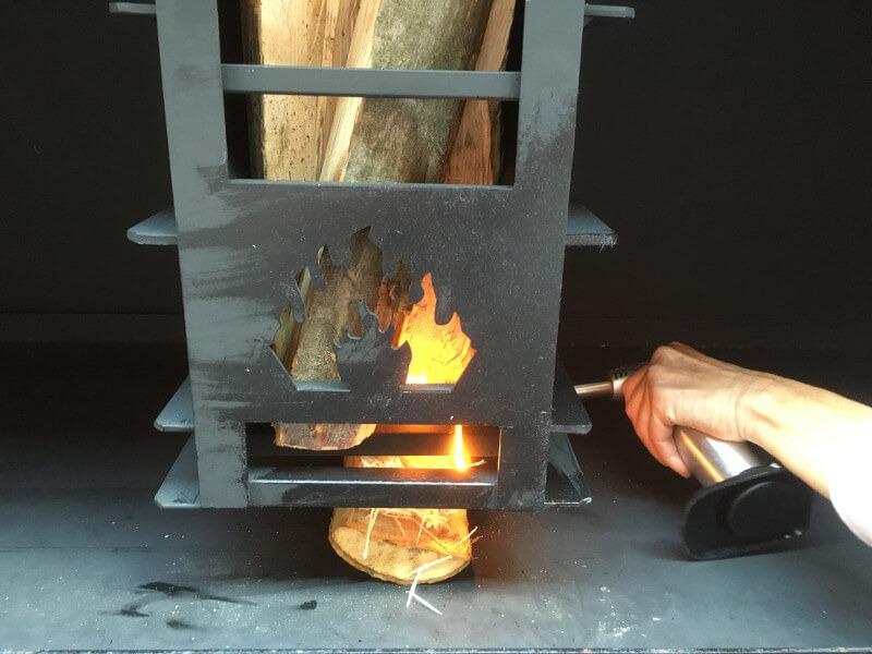 Erstes Anfeuern des Braiis - eines südafrikanischen Grills
