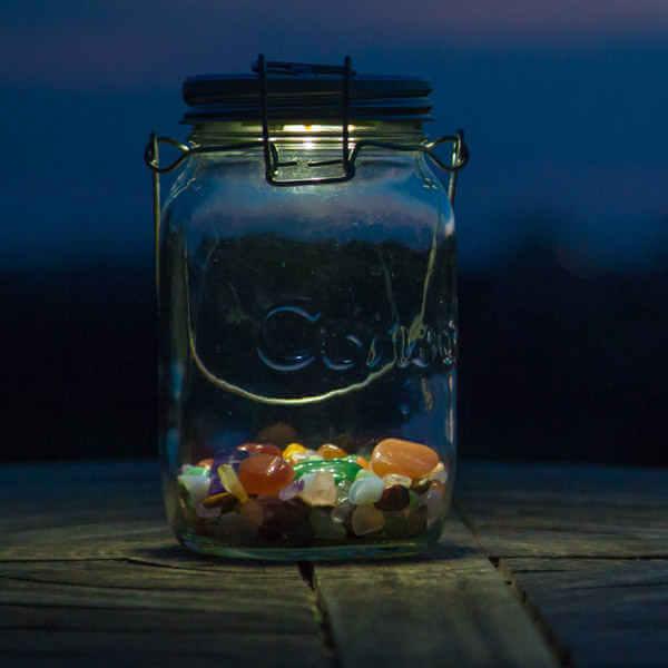 Sonnenglas mit Steinen dekoriert - eine Solarleuchte mit Fair Trade - ideal als Geschenk