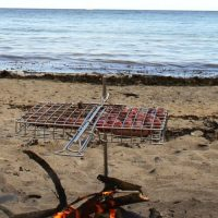 Flip and Grate Grillrost Grillkorb am Strand überm Lagerfeuer