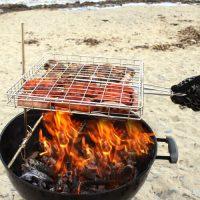 Flip and Grate am Strand Grillkorb einfach zu wenden