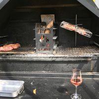 Grillkorb Flip 'n grate im Homefires BRAAI aufgehängt mit Schweinebauch