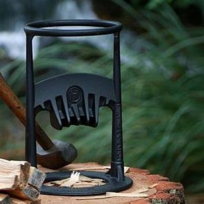 Holzspalten mit dem KindlingCracker - ein Kinderspiel