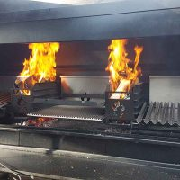 2 brennde Embermaker produzieren noch mehr Holzkohle im Braai